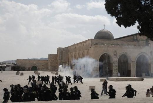 Polisi Israel Kepung Masjid Al-Aqsa Sambil Todongkan Senjata Dan Tangkapi Tokoh Palestina