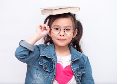 Berdiri dengan menyunggi buku