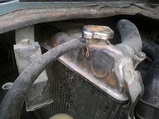 Cek dan mengisi air radiator mobil tua