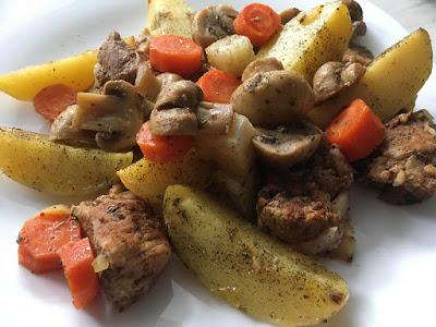 Mięso pieczone z warzywami i pieczarkami