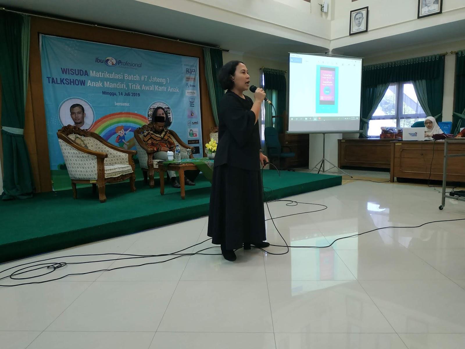 mbak Mira Julia pada seminar anak mandiri Ibu Profesional Semarang