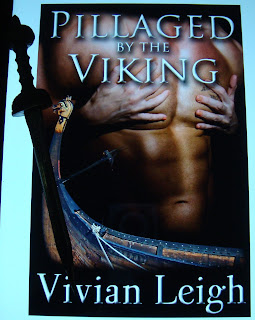 Portada del libro Pillaged by the Viking, de Vivian Leigh