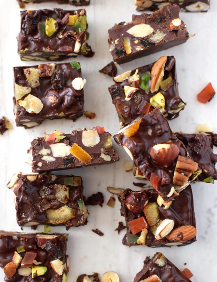 Barras de chocolate con frutos secos, cortados en pequeñas porciones