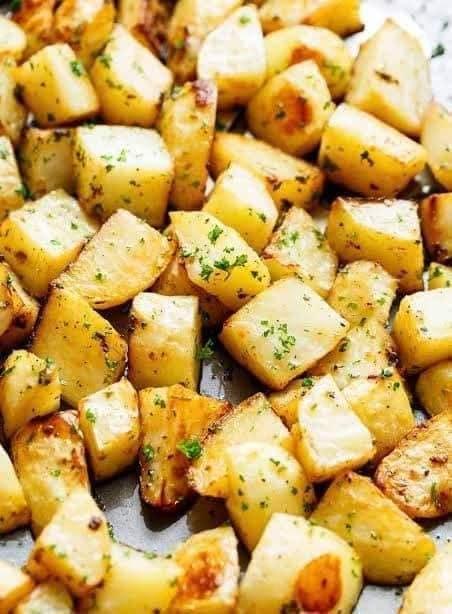 مكعبات البطاطس مع الكزبرة والثوم