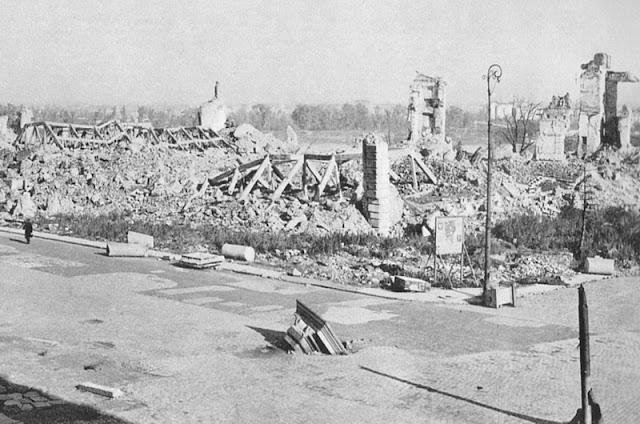 Varsóvia: Segunda Guerra Mundial, o Levante de Varsóvia,  destruição e reconstrução da cidade, entrando para a lista de patrimônios da UNESCO - Castelo Real de Varsóvia