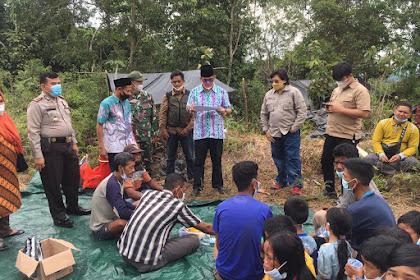 Kadissos Inhil Kunjungi Suku Anak Dalam