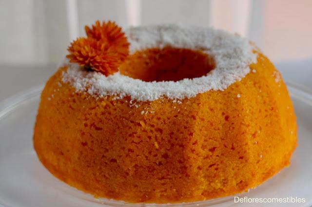 Bizcocho jugoso y húmedo de zanahoria decorado con coco y flores comestibles