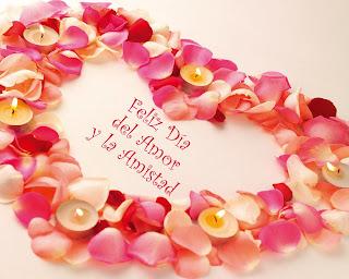 Feliz día del Amor y la Amistad corazón con pétalos de flores y velas