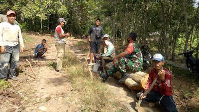 Babinsa Koramil427-02/kasui Melaksanakan Gotong Royong Bersama Warga Binaan