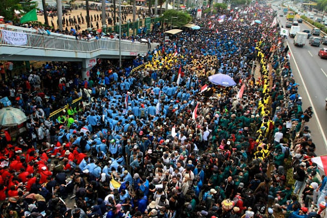 Ribuan Mahasiswa dan Pelajar Jakarta Kembali Unjuk Rasa di DPR-RI