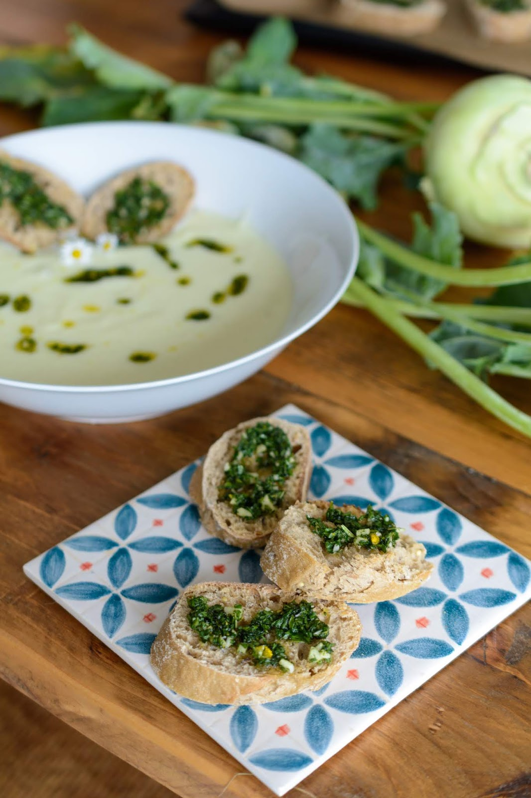 Rezept für Kalte Kohlrabisuppe mit Buttermilch und Wildkräuter-Topping