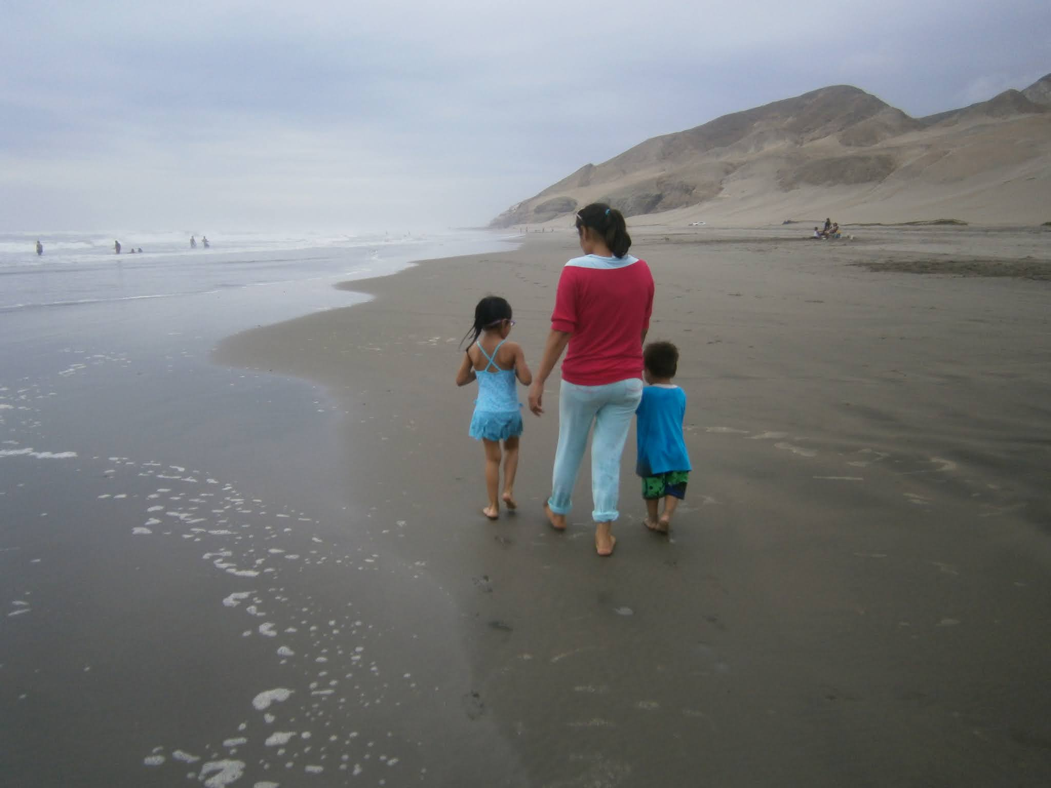 fotografía Personas caminando en la Playa con niños