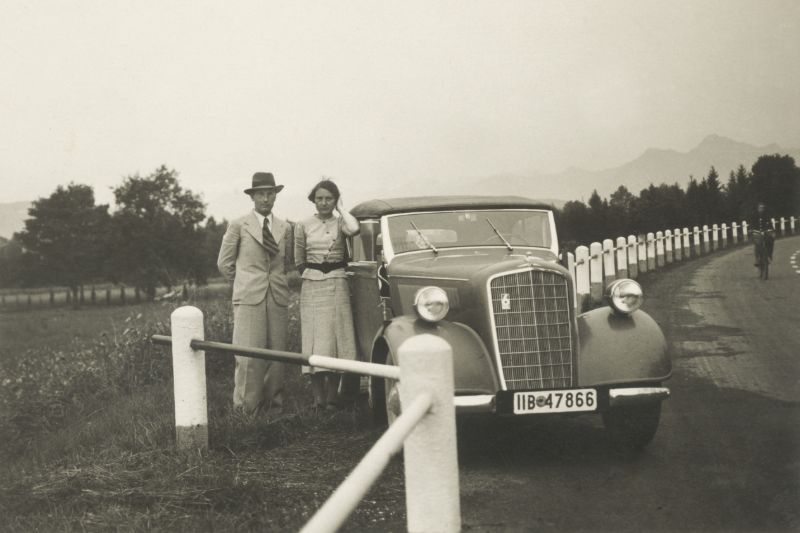 40 Cool Found Photos Capture Couples Posing With Their Cars in the ...