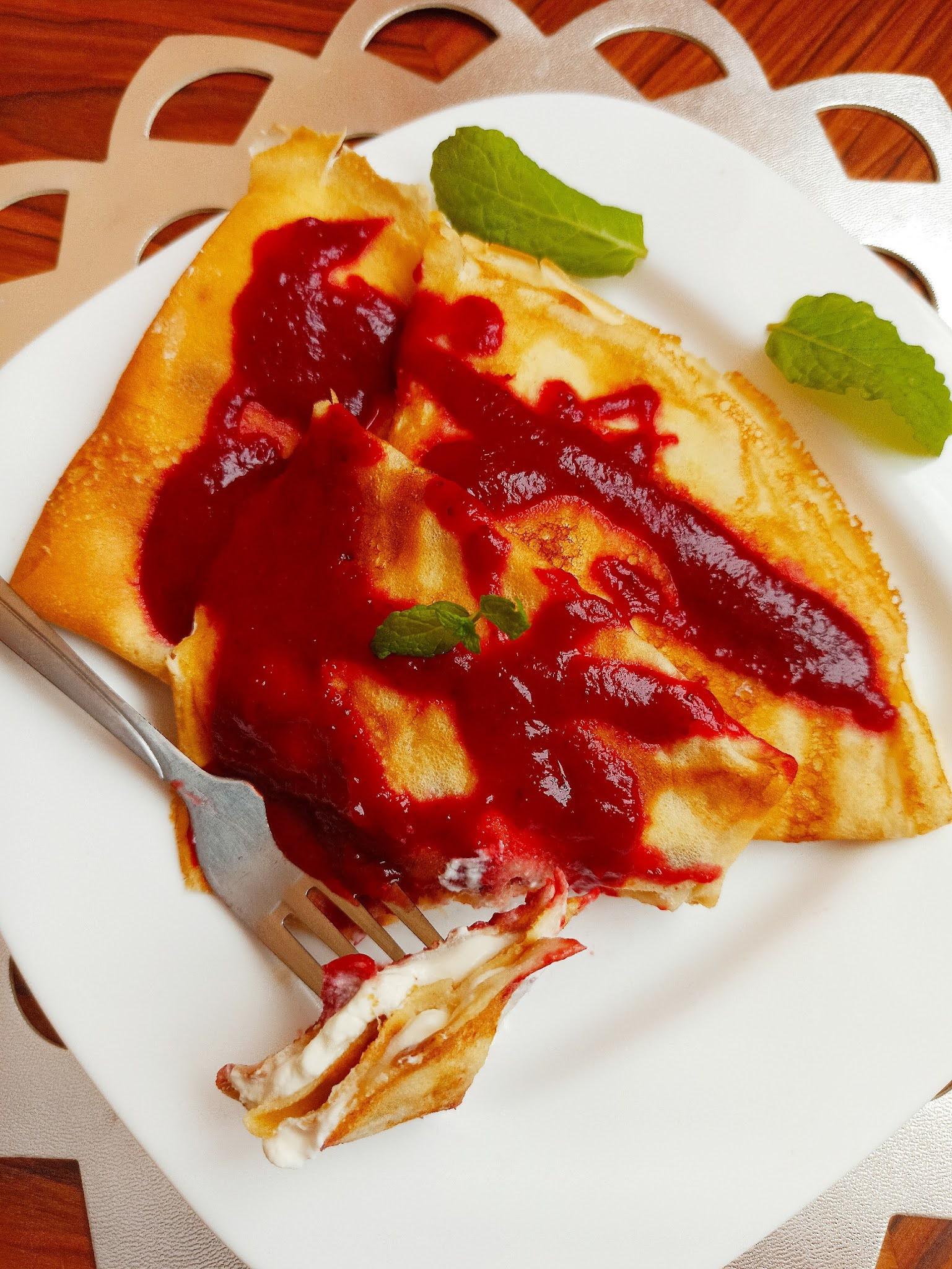 Naleśniki z serem i sosem truskawkowym