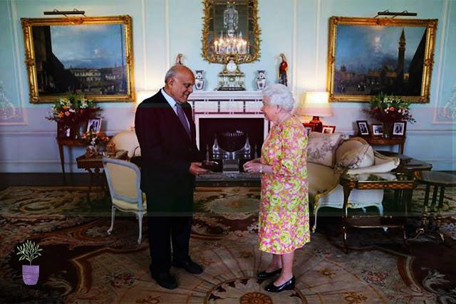 الدكتور مجدي يعقوب مع ملكة بريطانيا