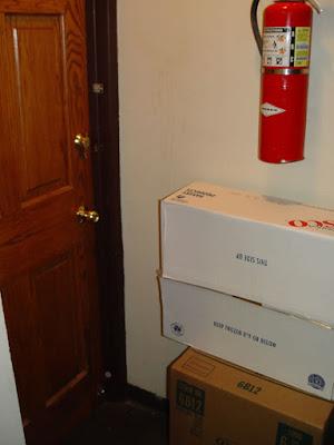 Nên để bình chữa cháy ở cửa phòng, có giá treo