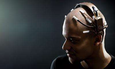 hombre con escaner de cerebro