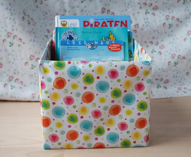 DIY: Bücherbox aus Windelkarton basteln (Eine einfache Idee). Ihr wollt Ordnung in die Kinderbücher bringen? Auf Küstenkidsunterwegs habe ich für Euch eine super einfache DIY Anleitung, wie Ihr in wenigen Minuten eine wunderschöne Bücherbox aus einem Windelkarton oder einem anderen Karton und mit ein wenig Geschenkpapier bastelt!