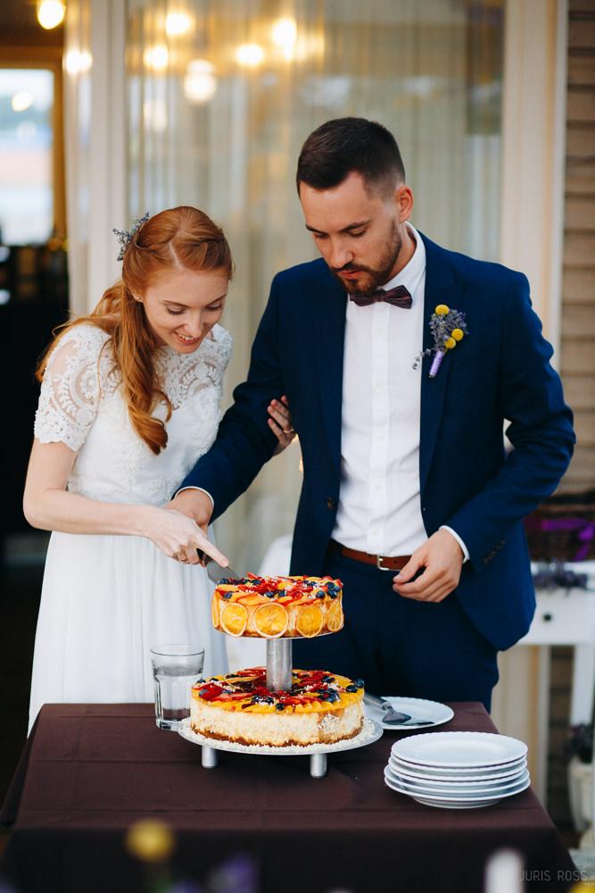 īstu mājas kāzu kūka