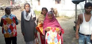Jaunpur  शतक पूरा कर चुके शिक्षक ने गरीबों में बांटे वस्त्र व कम्बल
