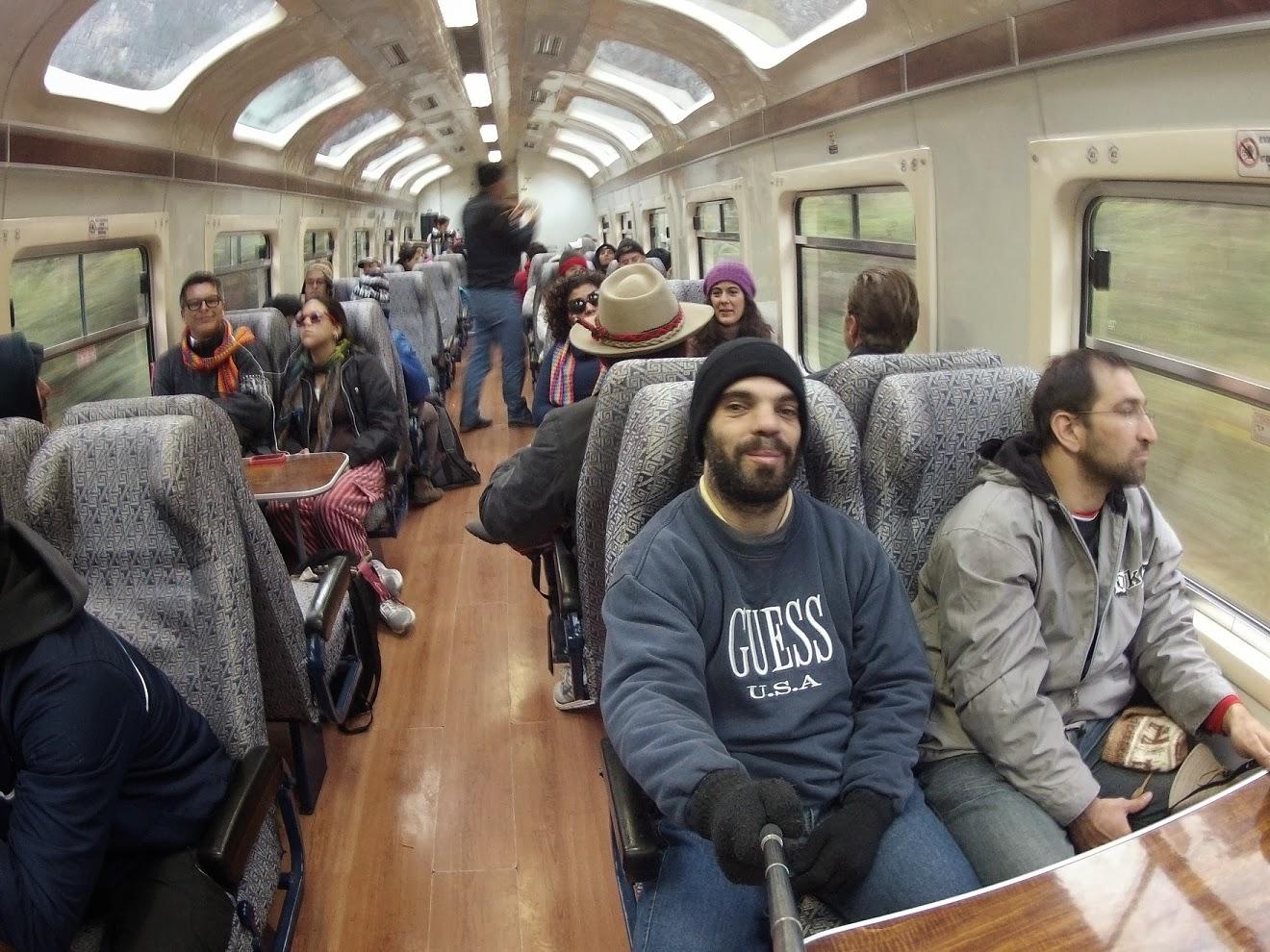 Pose para foto dentro do trem para Machu Picchu.