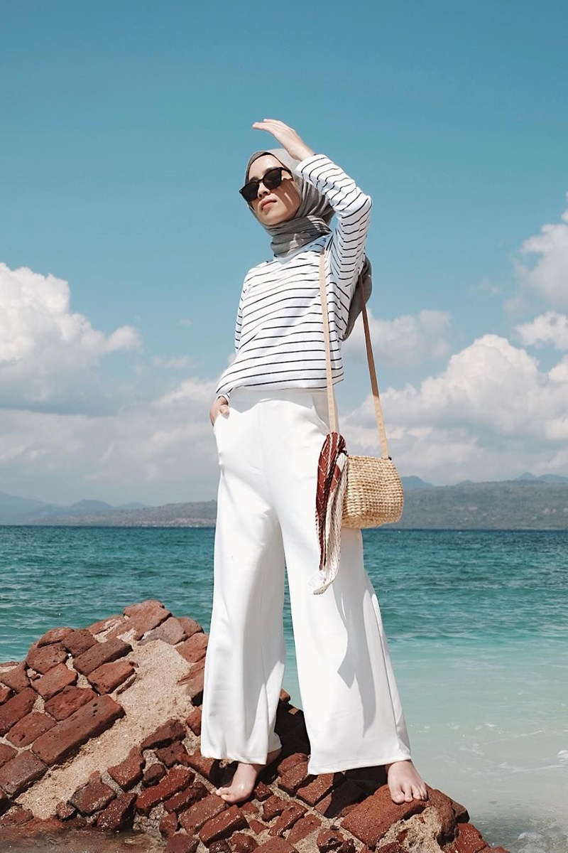 Gaya Foto di Pantai Setengah Horison Model Hijab cewek manis pakai kacamata