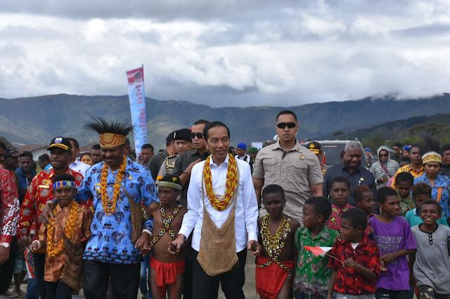 """Di Papua Barat, Presiden Jokowi Dikenalkan dengan """"Negeri Di Atas Awan"""""""
