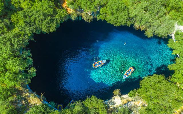 Το Μαγευτικό Λιμνοσπήλαιο Της Μελισσάνης: Ένα Έργο Τέχνης Φτιαγμένο Από Τη Φύση