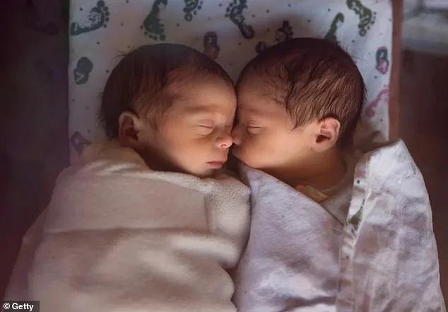Nacen gemelos en la India durante la cuarentena y sus papás les ponen Corona y Covid