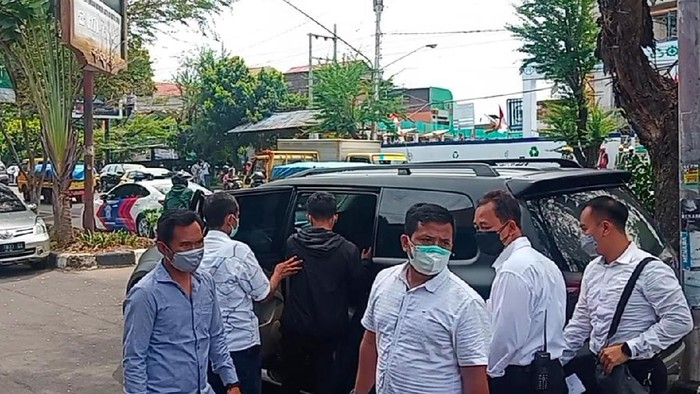 Lagi! Sejumlah Mahasiswa UNS Ditangkap Gegara Bentangkan Poster Saat Jokowi Tiba di Solo