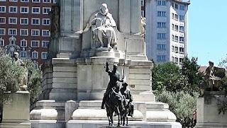 Las figuras de don Quijote y Sancho, en bronce, contrastan con el granito blanco del resto del monumento.la obra