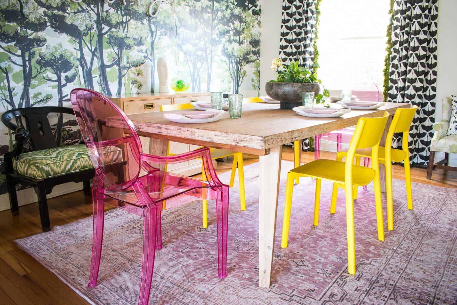salón comedor decorado con mucho color