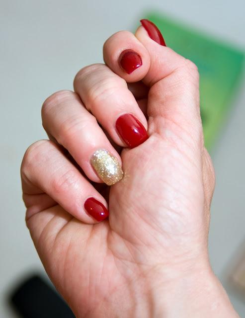 bordowy lakier na paznokciach