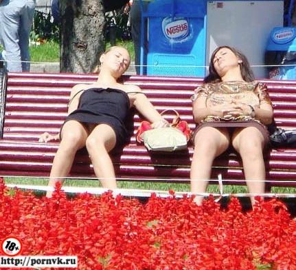 Девушки без трусов. Светят голыми кисками