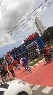 Uma grande carreata marca a chegada da delegação do Vila Nova em Goiânia