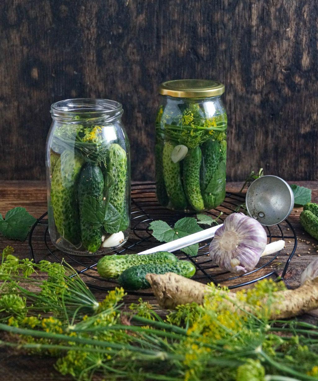 zielone-ogorki-w-sloikach