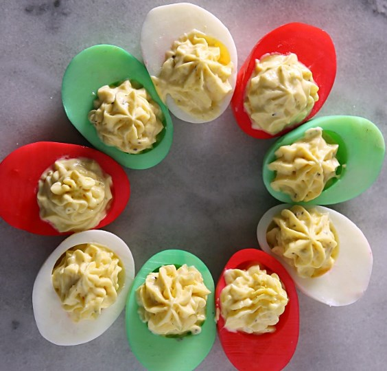 CLASSIC DEVILLED EGGS RECIPE WITH A HOLIDAY TWIST #meals #christmas