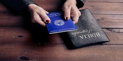 imagem da carteira de trabalho e da bíblia sagrada