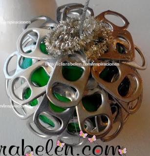 http://clarabelen.com/inspiraciones/4461/reciclaje-en-navidad-bola-para-el-arbol-con-anillas-de-refrescos/