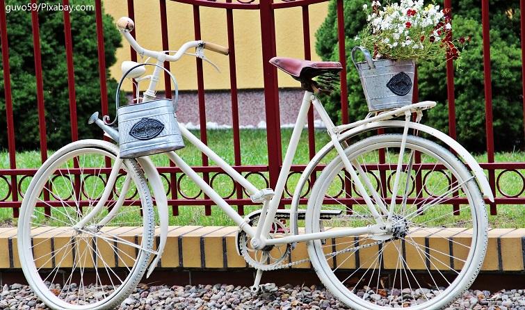 Altes Fahrrad mit Blumen dekoriert