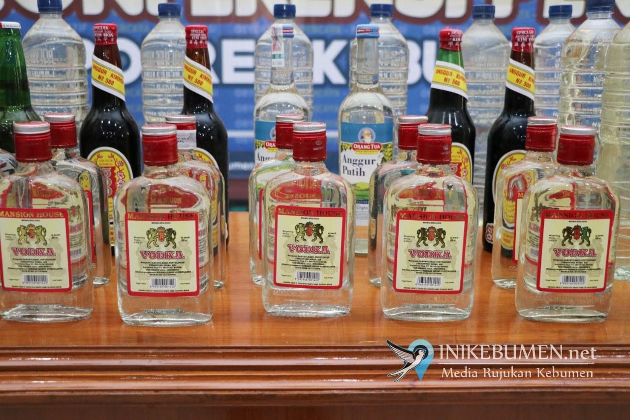 Puluhan Botol Miras Diangkut Polres Kebumen dari Sejumlah Warung di Klirong