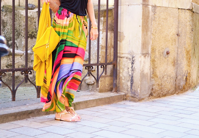 DOKONALÁ V NEDOKONALOSTI_Katharine-fashion is beautiful_Čierny top s výstrihom_Maxi farebná sukňa_Katarína Jakubčová_Fashion blogger