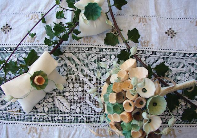 bouquet da sposa di fiori di carta e sacchetti bomboniera per matrimonio green