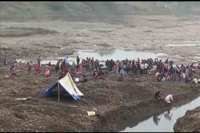 Villagers in MP's Rajgarh District Dig up Local River Bank to Search for Mughal-era Coins and Treasure, Madhya pradesh, News, Local News, Gold Price, Police, River, Fishermen, National