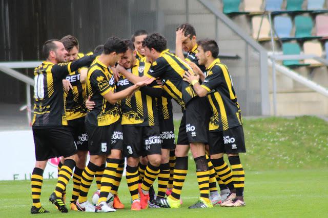 El equipo felicita a Gabri tras un gol ante el Irún en Lasesarre
