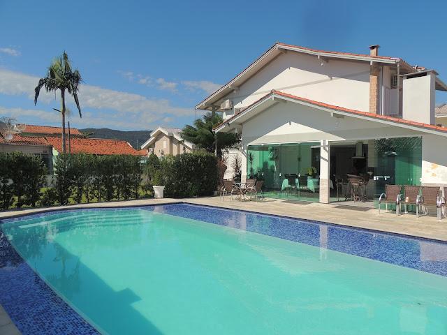 Casa com 4 dormitórios, mobiliada, piscina e patio em Porto Belo SC