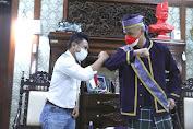 Peduli Budaya, Ganjar Terima Baju Adat Tobelo dari Maluku Utara