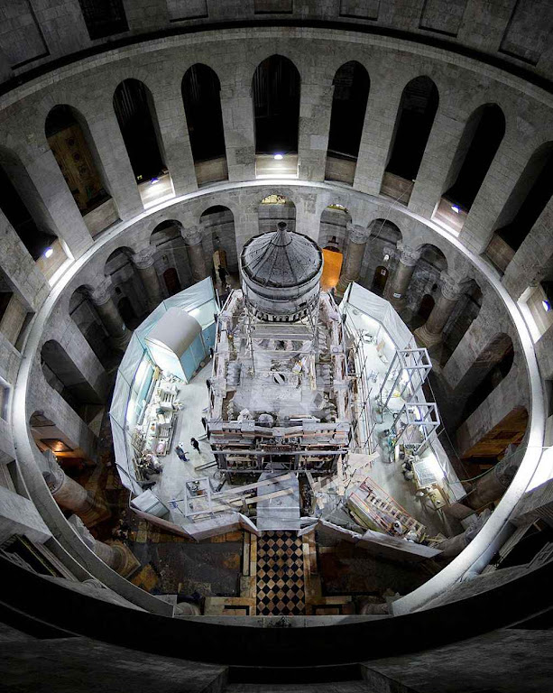 A edícula sobre o Santo Sepulcro cuja restauração motivou os trabalhos.