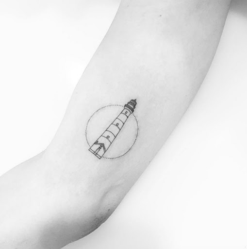 Este minimalista farol da tatuagem