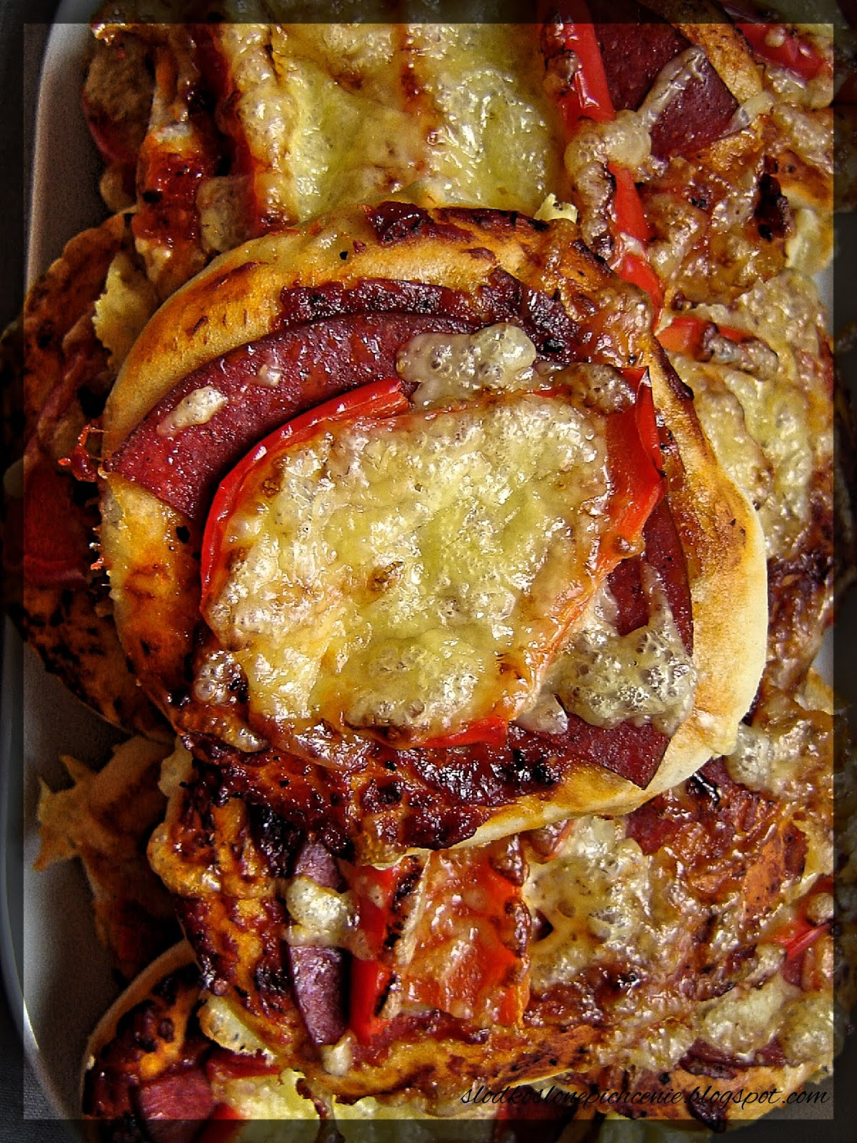 Pizzerinki z salami i papryką